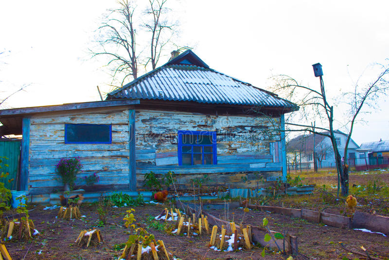 Casa de madera vieja en el pueblo imagen de archivo libre de regalías