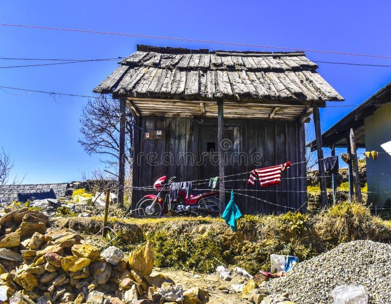 Casa de madera vieja en el pueblo Dalash en kullu imágenes de archivo libres de regalías