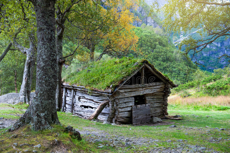 Casa de madera vieja en la manera a Briksdalsbreen, Noruega imagen de archivo