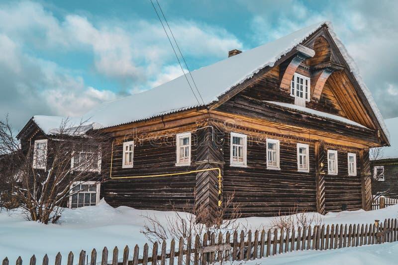 Casa de madera vieja en las cercanías del pueblo imagenes de archivo