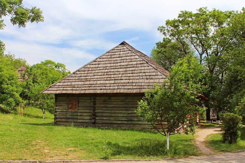 Casa de madera vieja en museo de la arquitectura popular, Uzhhorod foto de archivo