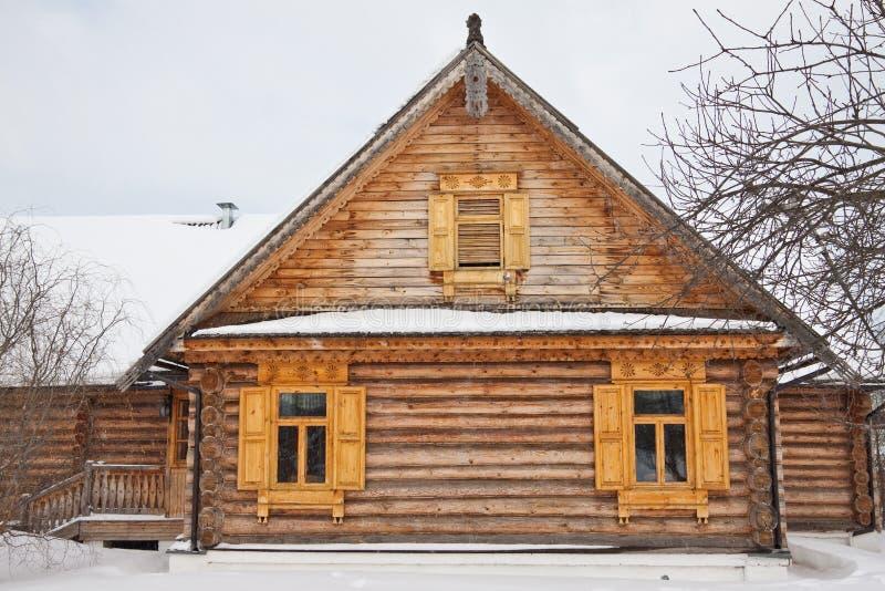 Casa de madera vieja en pueblo foto de archivo libre de regalías