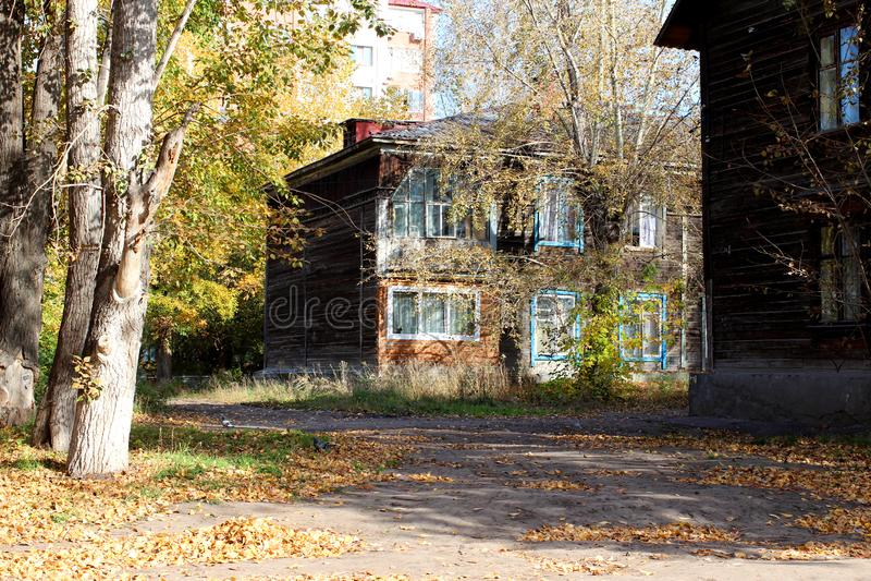 Casa de madera vieja encendida por la luz del sol, el cuarto antiguo en Rusia imagenes de archivo