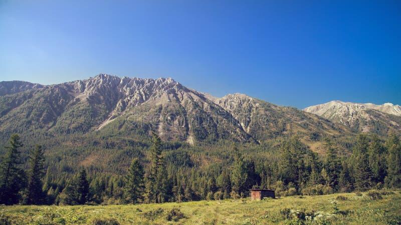 Casa de madera vieja sola en altas montañas Paisaje del Simmer Color del vintage imagenes de archivo