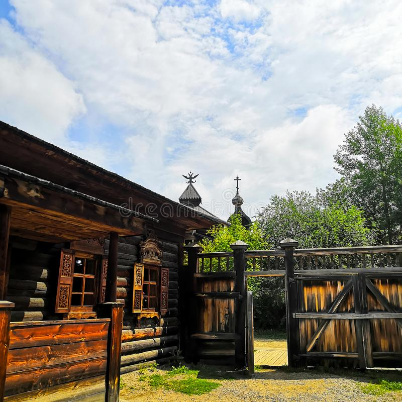 Casa de madera vieja y vieja puerta vieja yarda de la casa en el pueblo imagen de archivo libre de regalías