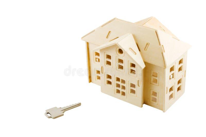 Casa de madera y clave del juguete aislados fotos de archivo