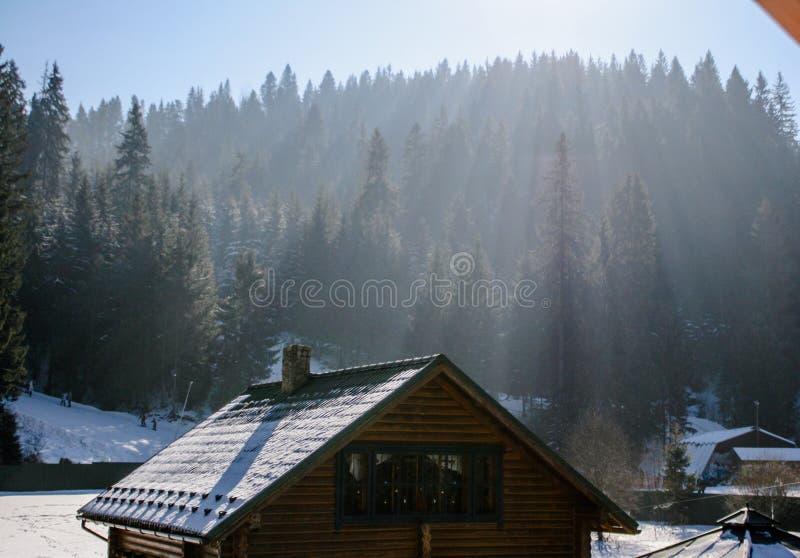Casa de madera y de piedra en invierno Tejados Nevado fotografía de archivo libre de regalías