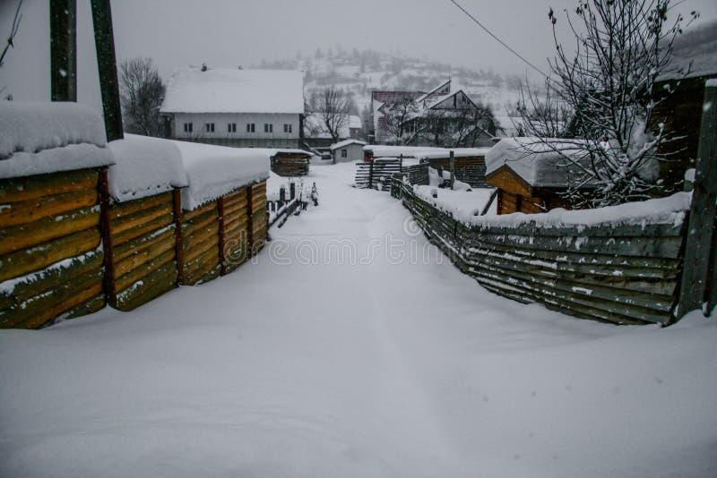 Casa de madera y de piedra en invierno Tejados Nevado fotos de archivo libres de regalías