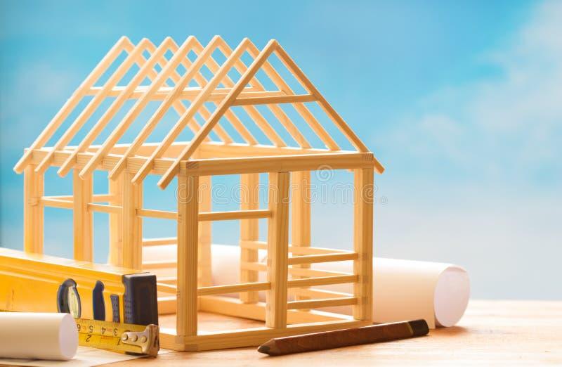 Casa de madera y planeamiento en concepto abstracto del fondo de la arquitectura de la construcción del cielo azul foto de archivo libre de regalías