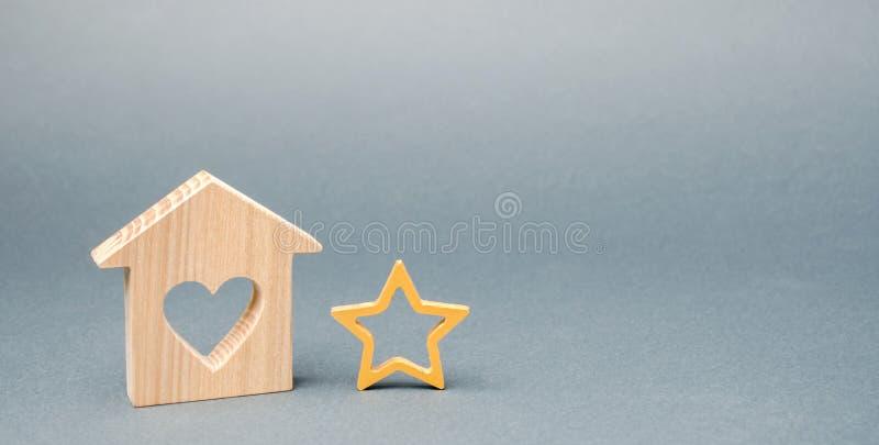 Casa de madera y una estrella Concepto de voto negativo Porci?n de la baja calidad y del servicio Evaluaci?n del cr?tico Hotel o fotografía de archivo libre de regalías