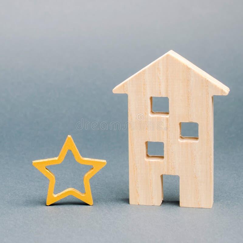 Casa de madera y una estrella Concepto de voto negativo Porci?n de la baja calidad y del servicio Evaluaci?n del cr?tico Hotel o imagen de archivo