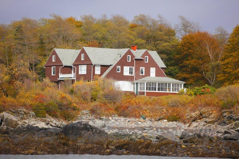 Casa de Maine nas madeiras fotos de stock royalty free