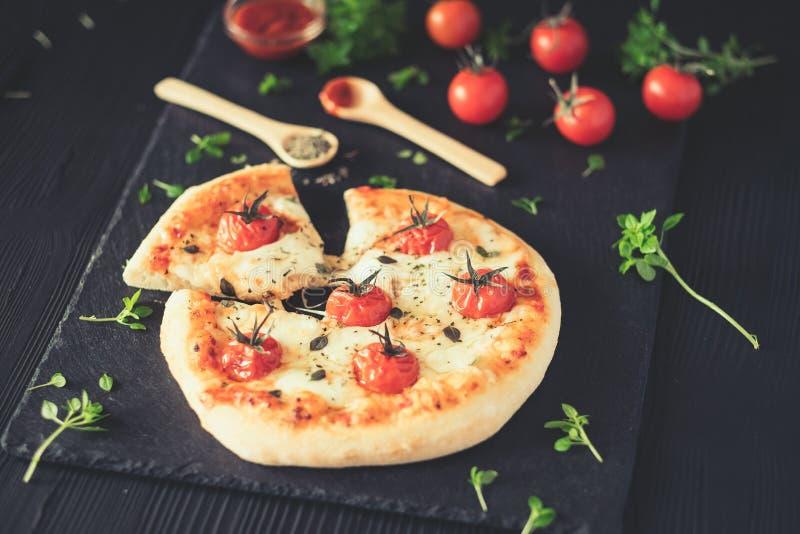 A casa de Margherita fez a pizza na tabela escura fotos de stock royalty free