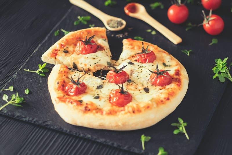 A casa de Margherita fez a pizza na tabela escura imagem de stock