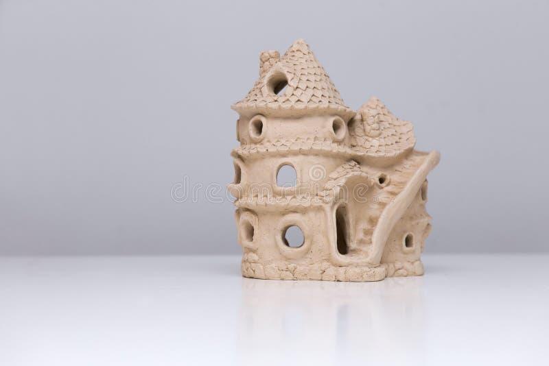 Casa de muñecas de cerámica hecha de la arcilla fotos de archivo