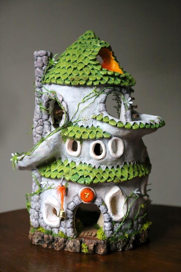 Casa de muñecas de cerámica hecha de la arcilla foto de archivo