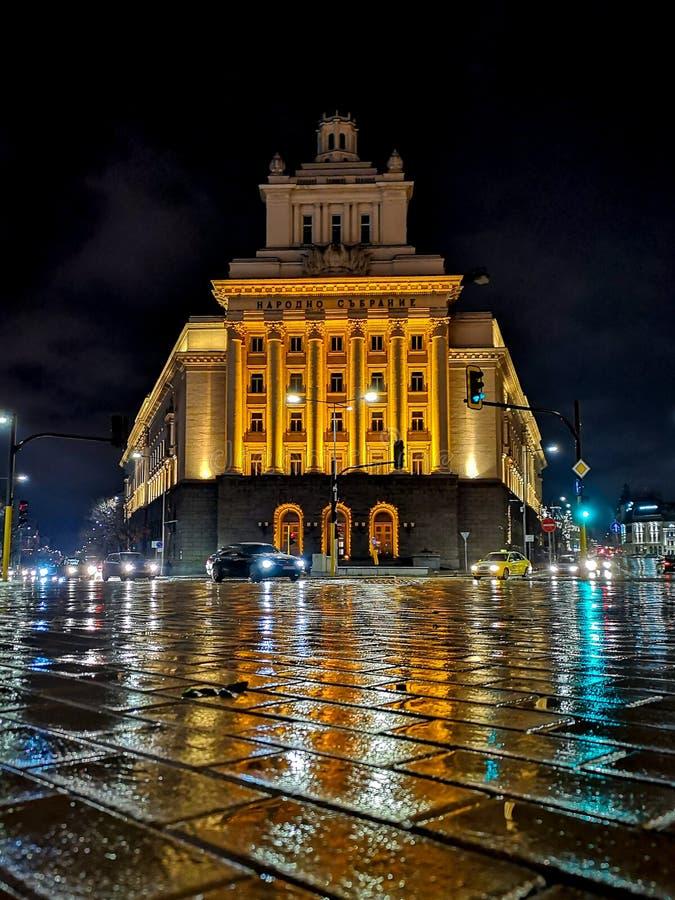 Casa de oficina de la asamblea nacional Bulgaria en la noche fotografía de archivo libre de regalías
