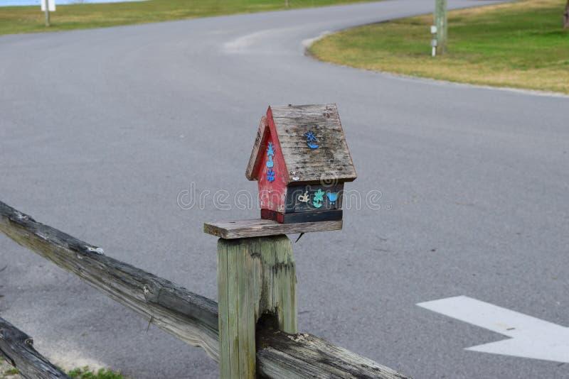 Casa De Pássaros No Fence Post Bird House No Fence Post, madeira, algodão, ural, rural, vila, ninho, colorido, roaf, estrada, ru foto de stock royalty free