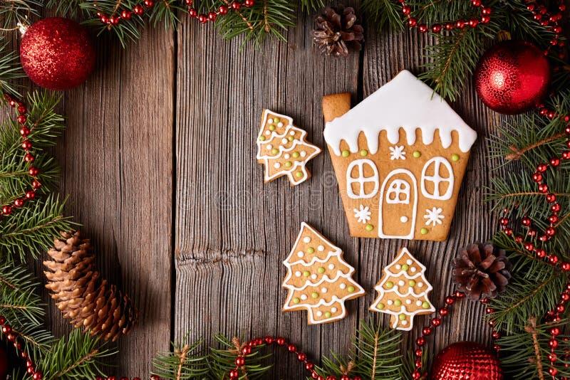 Casa de pão-de-espécie e cookies dos abeto imagens de stock