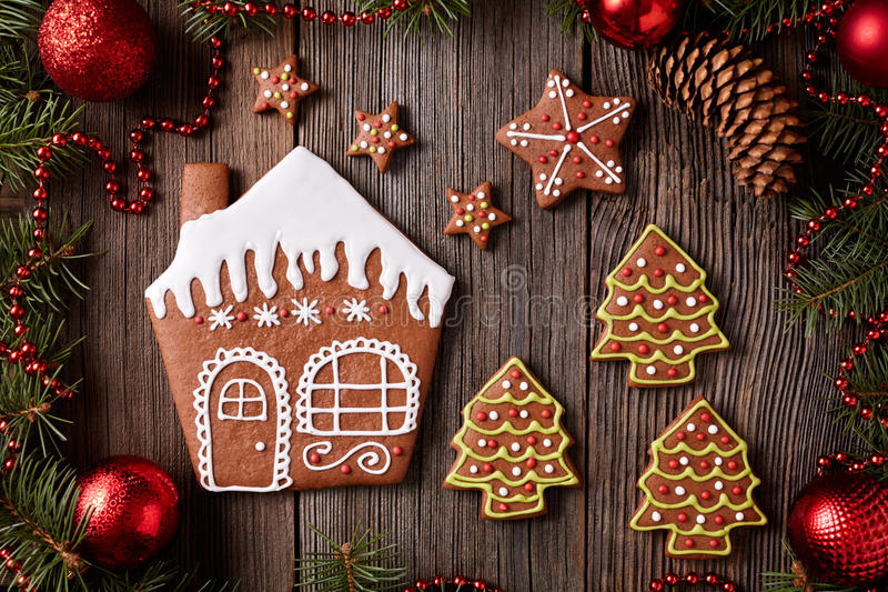 Casa de pão-de-espécie, estrelas e cookies das árvores da pele fotos de stock