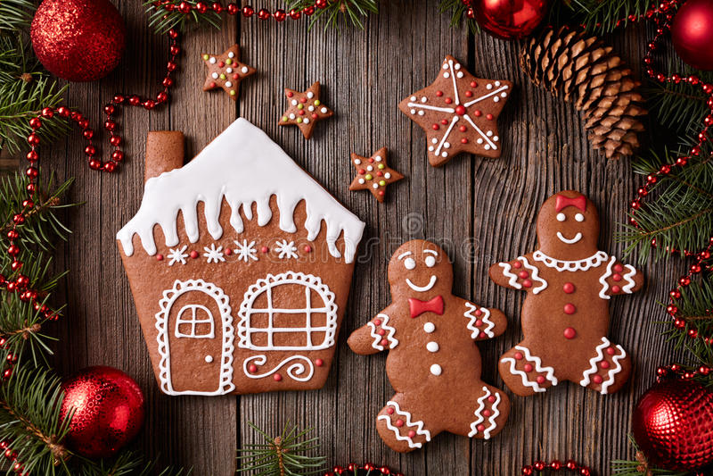 A casa de pão-de-espécie, homem e mulher, stars o Natal imagem de stock
