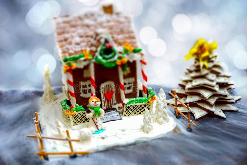 Casa de pão-de-espécie caseiro, árvore de Natal do pão-de-espécie e um sug foto de stock royalty free