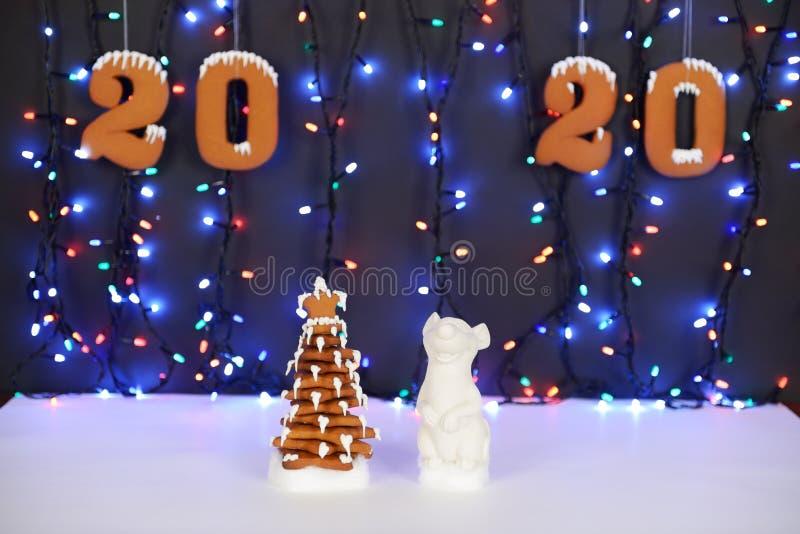 A casa de pão-de-espécie comestível feito à mão, rato - símbolo do ano 2020, árvore do ano novo, decoração da neve imagem de stock