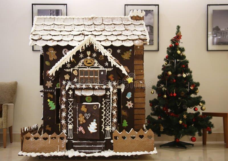 Casa de pão-de-espécie e árvore de Natal imagem de stock royalty free