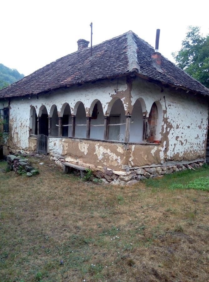 Casa de país de origem com arcos imagem de stock