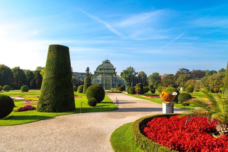 Casa de palma en jardín del palacio de Schonbrunn fotografía de archivo libre de regalías