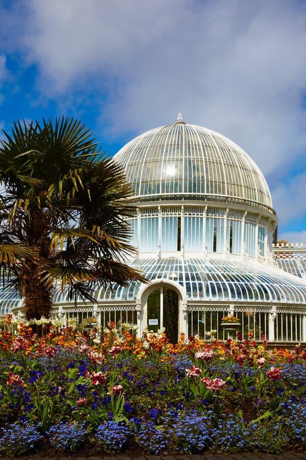 A casa de palma nos jardins botânicos fotografia de stock