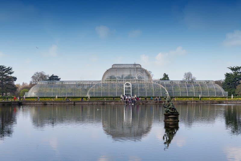 A casa de palma, uma estufa vitoriano icónica que recreasse um clima da floresta úmida localizou no jardim de Kew, Inglaterra imagem de stock