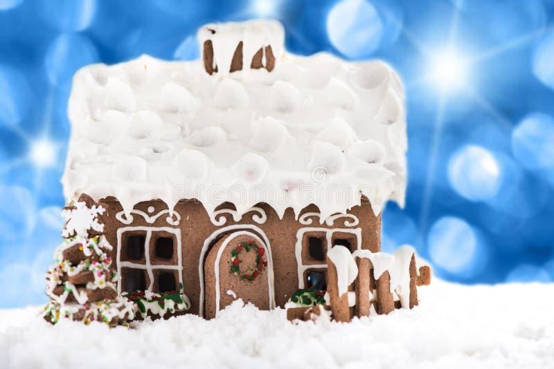 Casa de pan de jengibre en nieve imagen de archivo libre de regalías