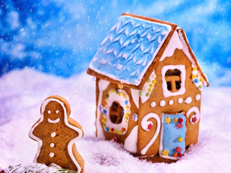 Casa de pan de jengibre hermosa de la Navidad en nieve del azúcar fotografía de archivo