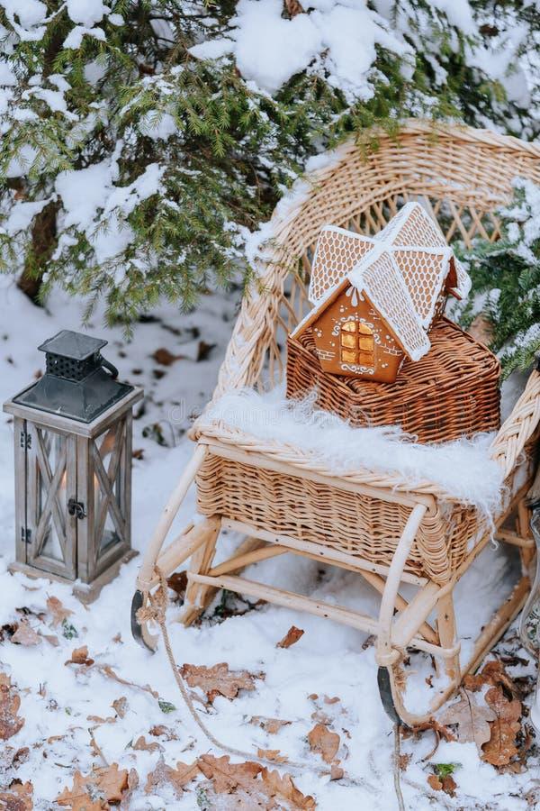 Casa de pan de jengibre en el bosque del invierno foto de archivo libre de regalías