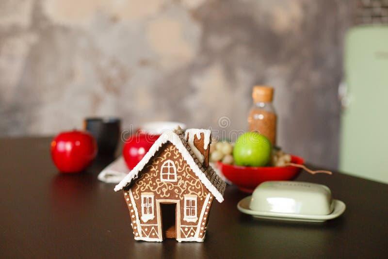 Casa de pan de jengibre de la Navidad La Navidad adornada kithen en estilo del desván foto de archivo
