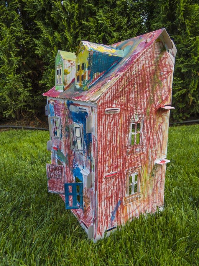 Casa de papel de los niños hecha por el panel de fibras de madera acanalado Juguete del niño imágenes de archivo libres de regalías