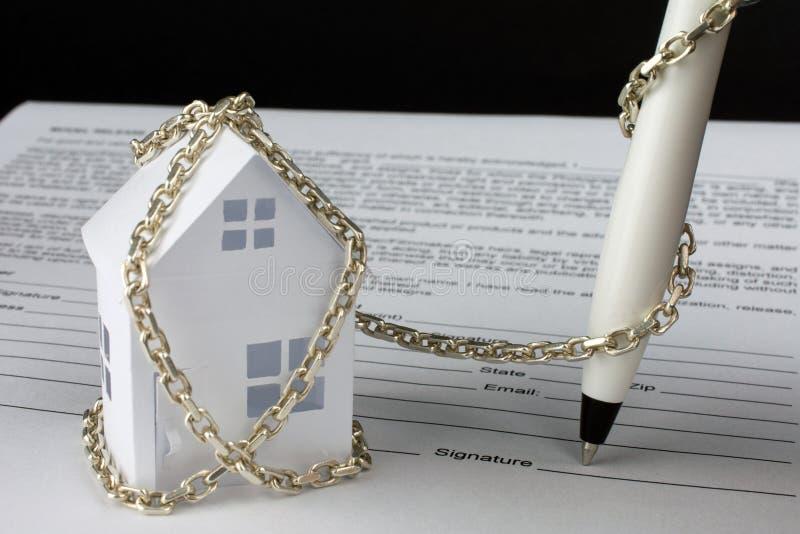 casa de papel pequena amarrada com corrente imagem de stock royalty free
