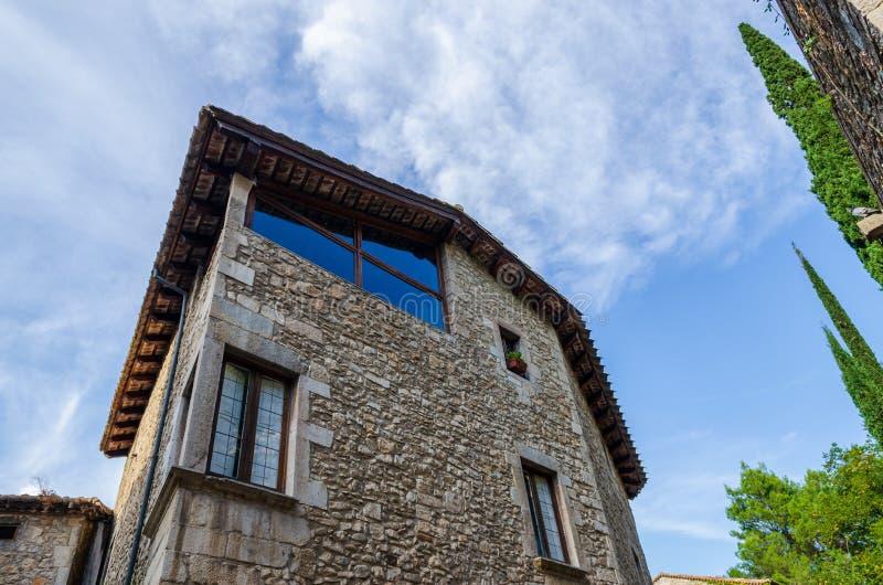 Casa de pedra antiga na cidade velha Gerona imagem de stock royalty free
