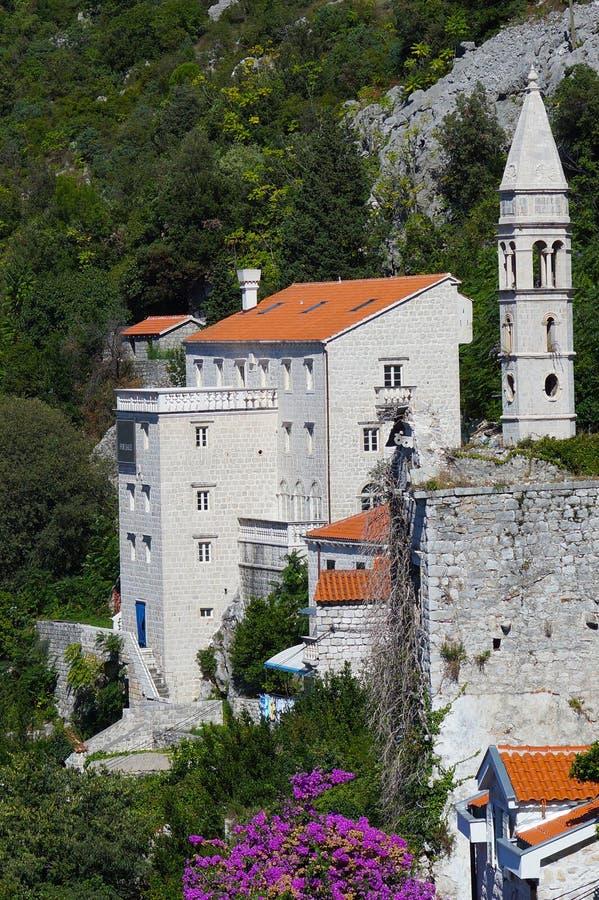 Casa de pedra bonita com uma torreta e um telhado telhado em um montanhês cercado pelas hortaliças foto de stock royalty free