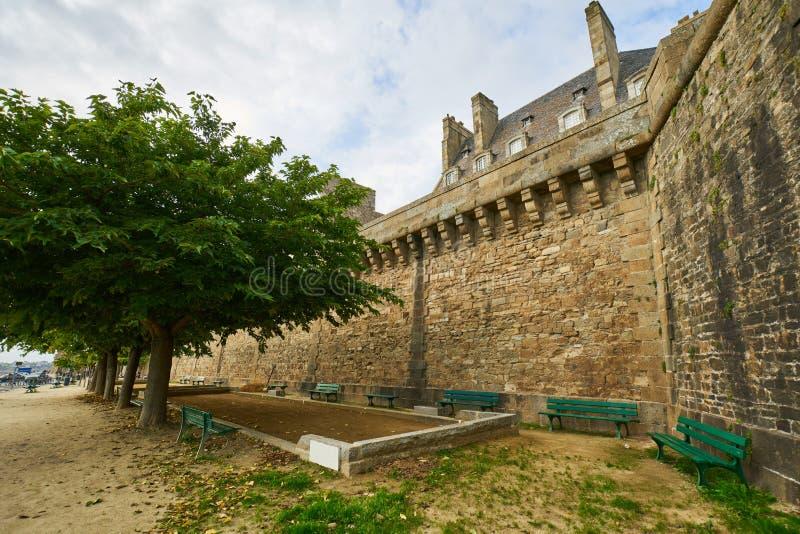 Casa de pedra bonita em Saint Malo, França Saint Malo é um wal imagens de stock royalty free