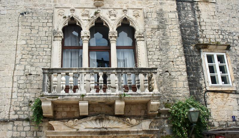 Casa de pedra com janelas e balcão na rua da cidade velha, arquitetura bonita, dia ensolarado, Trogir, Dalmácia, Croácia fotos de stock
