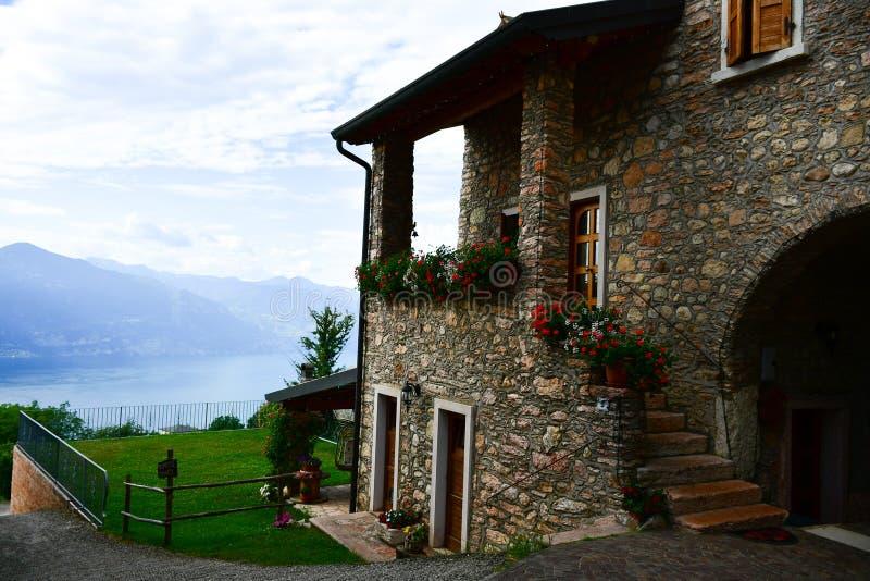 casa de pedra do verão em San Zeno di Montagna, Itália fotos de stock royalty free