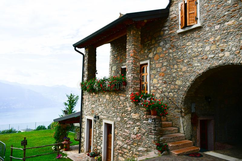 casa de pedra do verão em San Zeno di Montagna, Itália imagem de stock