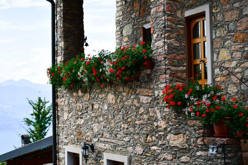 casa de pedra do verão em San Zeno di Montagna, Itália foto de stock