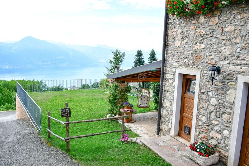 casa de pedra do verão em San Zeno di Montagna, Itália imagens de stock