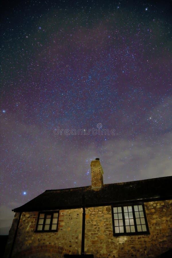 Casa de pedra na noite imagem de stock