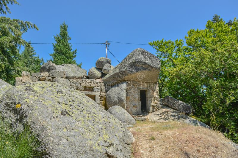 Casa de pedra na parte superior na montanha imagens de stock