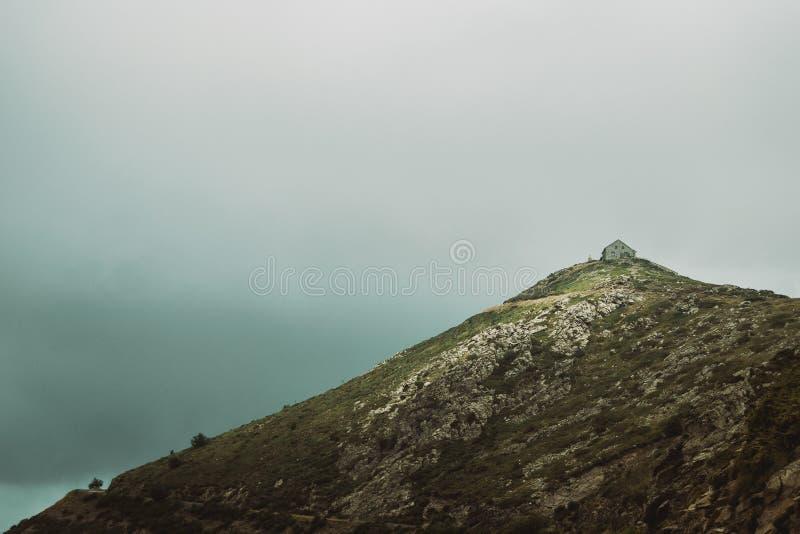 Casa de pedra sobre um pico de montanha foto de stock