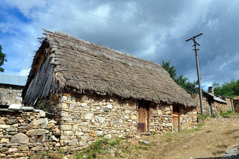 Casa de pedra velha coberta com a palha na vila de Shishtavec fotos de stock royalty free